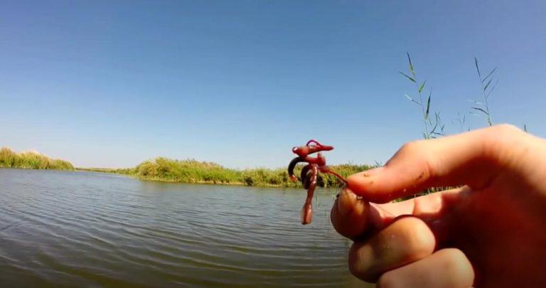 как ловить рыбу на червя видео